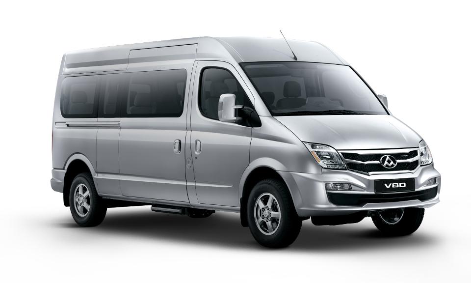 Capacidad de 16 asientos, airbag piloto y copiloto, aire acondicionado en cabina y salón, puerta corrediza derecha, faros neblineros, parachoques color de la carrocería, peldaño lateral.
